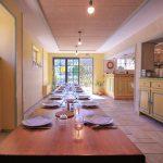Salle à manger et bar au gîte la Draille en Lozère